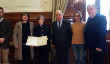 """Ejemplares de """"La Mujer"""" primer periódico femenino en Chile son donados a la Biblioteca Nacional"""